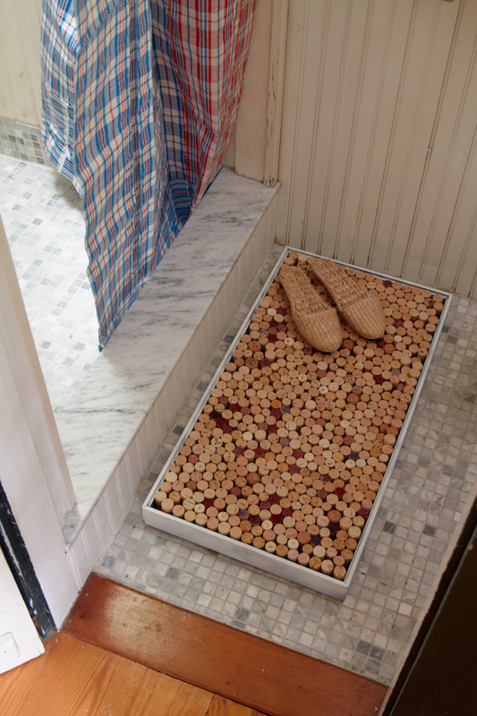 Diy bathmat or memo board in the know mom for Wine cork welcome mat